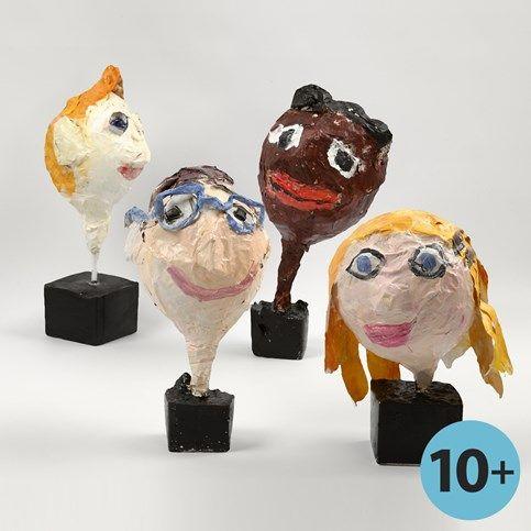 Hoofd met gezichtskenmerken gemaakt van papier-mâché op een ballon