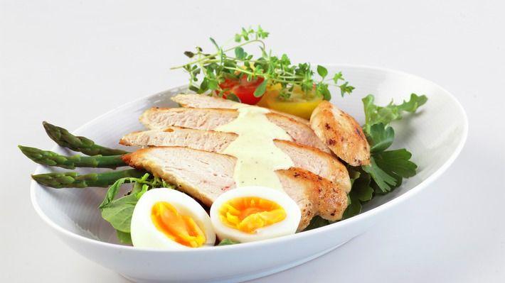 Lag deg et herlig cæsarsandwich med egg, asparges og kyllingfilet. Det er den knallgode cæsardressingen som setter prikken over i-en.