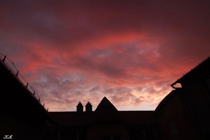 Mindannyian tapasztaltuk már, hogy milyen csodaszép színekkel tud játszani olykor az ég napnyugtakor, vagy éppen napkeltekor. Kincset ér elkapni azokat a pillanatokat. Kis-Bankné Marianna ma hajnalban lefotózta, ahogyan a város próbált felébredni a hétvége után. Bámulatos