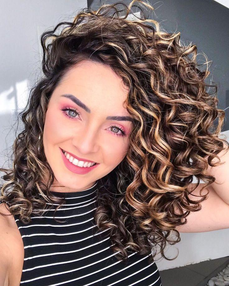 Oiii suas lindonas! Deixei uma caixa de perguntas sobre cabelo lá nos stories. Vou selecionar algumas pra responder  vcs ?❤️ | Colored curly hair, Curly hair styles, Highlights curly hair