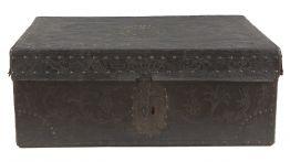 Baúl colonial en madera recubierta de piel repujada con herrajes en hierro,  del siglo XVIII