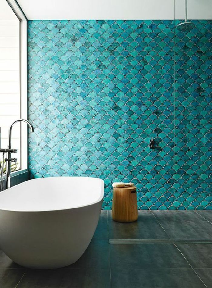 reformas de baño, azulejos color aguamarina, silla de madera tipo tocón