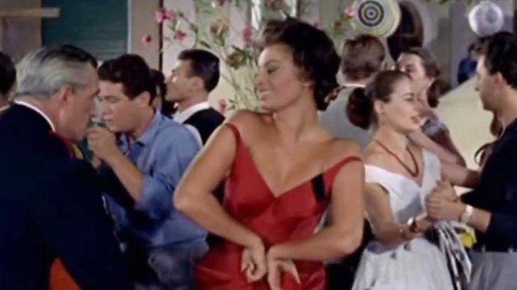 """¿A quién le gusta bailar mambo? Unas clases con Sophia Loren no estarían nada mal...  ¡Practiquen y nos hacen una demostración en nuestro #proximoestreno! """"Mambo Italiano """" fue una canción muy popular que forma parte de las bandas sonoras de varias películas: Mickey ojos azules (1999), School for Seduction (2004), Big Night (1996), Un hombre sin importancia (1994), Sirenas (1990), Casada con todos (1988). #Música de #Cine #BSO"""