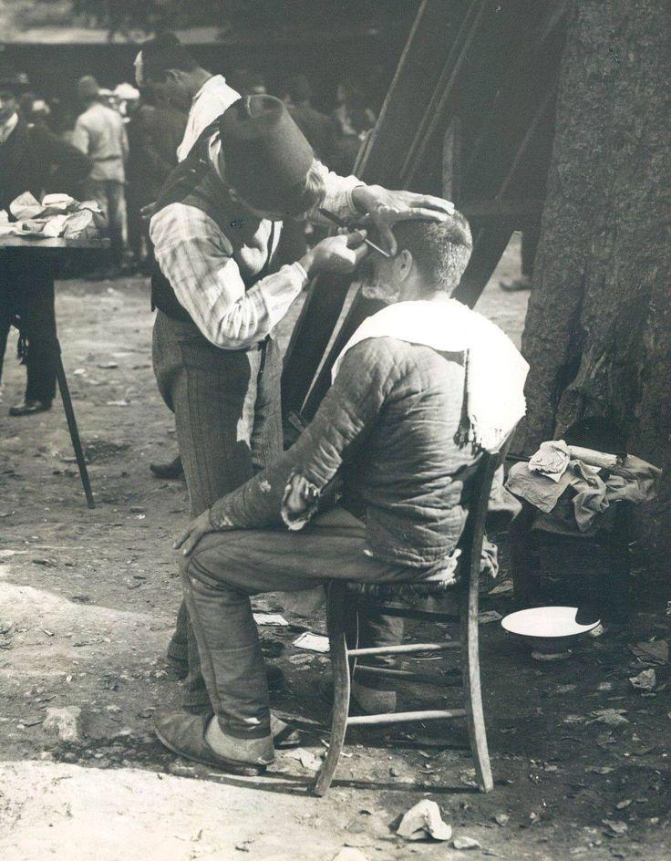 SOKAT BERBERÍ (street barber).  Istanbul, early 20th century.