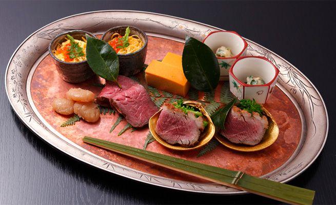 和ごころ泉|ヒトサラSpecial 折り目正しい 京都のトップランナー # 『八寸』(2人前)。ちらし寿司、赤貝のてっぱい、河内鴨のロース煮と菜種のお浸し、亀岡牛のいちぼを使ったローストビーフ、白花豆の蜜煮、卵のカステラまで、見た目も味も楽しめる渾身の美味が並ぶ