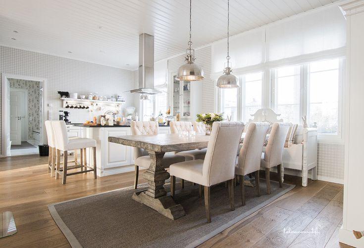 Jukkatalo, ruokailutila, puupöytä
