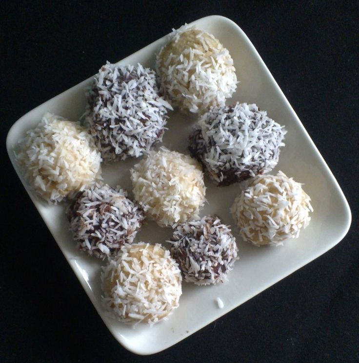 Coconut Balls with Almonds and White Chocolate http://umlimaomeiolimao.wordpress.com/