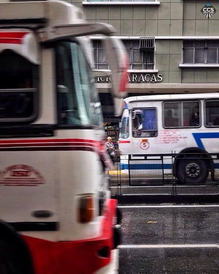 """Te presentamos la selección: <<FOTO DEL DÍA>> en Caracas Entre Calles. """"[ Caminando por #Caracas ]  El ritmo de Caracas es vehicular. La gasolina [más] barata del mundo así lo determina [de momento].  Aún así se están [abriendo] oportunidades - a contracorriente - para apreciar nuestra #ciudad al ritmo de los #viandantes; a la velocidad de la #contemplacion.  #Caminar Caracas a pie es un derecho que vale la pena recobrar y defender."""" ============================  F O T Ó G R A F O…"""