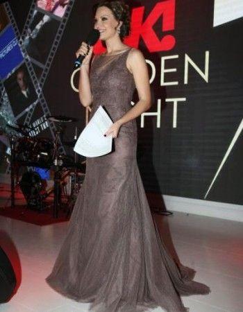 La ptetrecerea Oscar Party organizata de revista Ok! Magazine la Salon Biavati, binecunoscuta prezentatoare Melania Medeleanu a fost de o eleganta desavarsita in rochia de seara rafinata de la Bella Sposa.