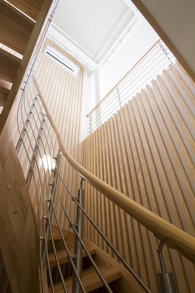 оформление лестничной клетки деревянной рейкой