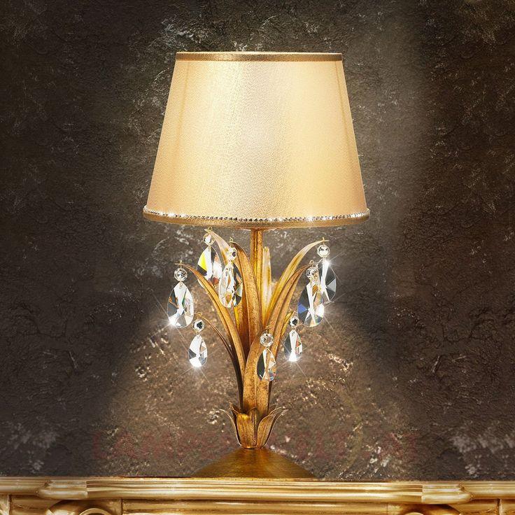 Eine unvergleichliche Kombination aus #Kristall, #Gold und #Licht - die prachtvolle #Tischleuchte Mayleen mit edlen Asfour-Kristallen, einem #Blattgold überzogenem #Leuchtengestell und einem edlen, cremefarbenem #Stoffschirm.