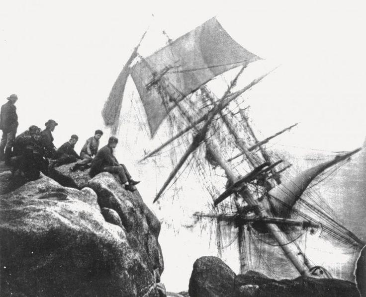 Un archivio senza precedenti di immagini di naufragi andrà all'asta a  Londra da Sotheby's il 12 novembre. Raccolti da quattro generazioni  della famiglia di fotografi, i Gibson, per un totale di quasi 130 anni, i  1000 negativi raccontano dei relitti di oltre 200 navi e del destino  dei loro