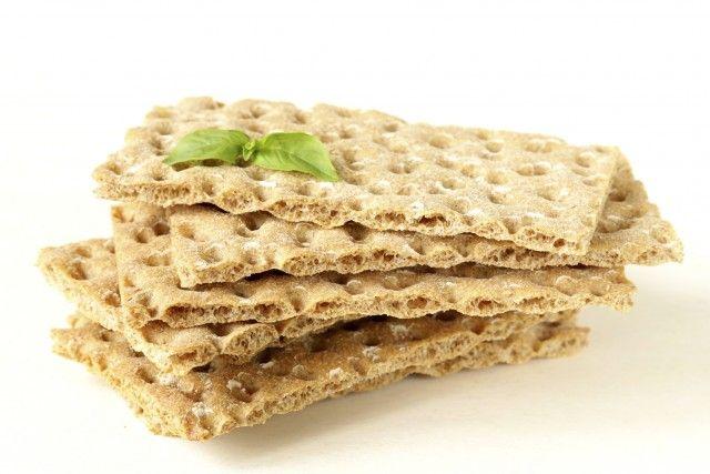 Cracker con esubero pasta madre: la ricetta per prepararli leggeri e croccanti