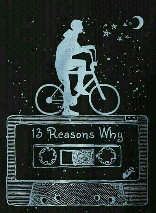 Clay Jensen roulant à vélo en écoutant les cassettes.