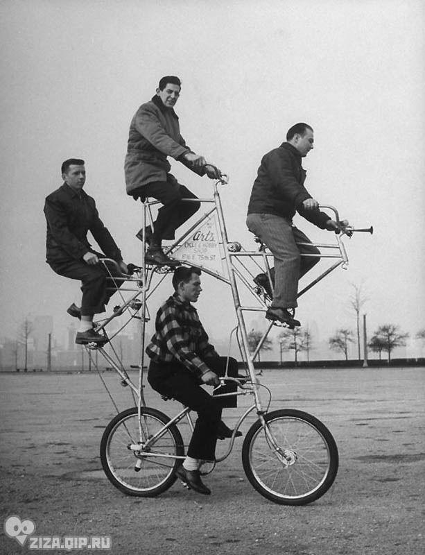 Удивительные ретро-велосипеды. Велосипед для четверых с пятью цепями и тормозами на каждом колесе. Велосипед создан Артом Ротшильдом (сверху), который сломал три ребра, пока учился на нем ездить.