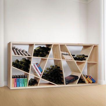 Ein Regal mit schrägen Brettern - lässt sich hoch oder quer stellen - super auch als Raumteiler...