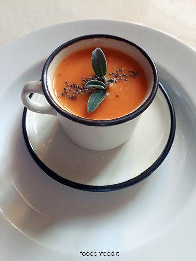La più semplice, la più buona zuppa di pomodori fatta con dolci pomodori estivi. Zuppa light.