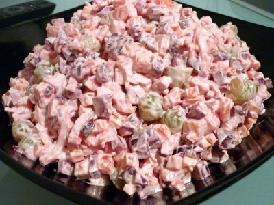 """Салат """"Жизнь в розовом цвете"""" 4 крабовых палочки 1 отварное куриное филе 2 небольших варёных моркови 2 маленьких отварных свеклы гроздь винограда без косточек 150 грамм сыра майонез соль Приготовление: Режем курочку и крабовые палочки, морковь и свеклу кубиками, виноград пополам, мелкими кубиками сыр. Всё перемешиваем и солим. Заправляем майонезом. http://www.liveinternet.ru/users/galina_o/post242170694/"""