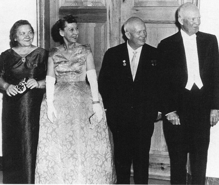 Nina Khrushchev (längst till vänster), hon var gift med Nikita, Soviets president 1953-1964 (då petades han och ersattes med Bresjnev). Här med Mamie och Dwight Eisenhower.