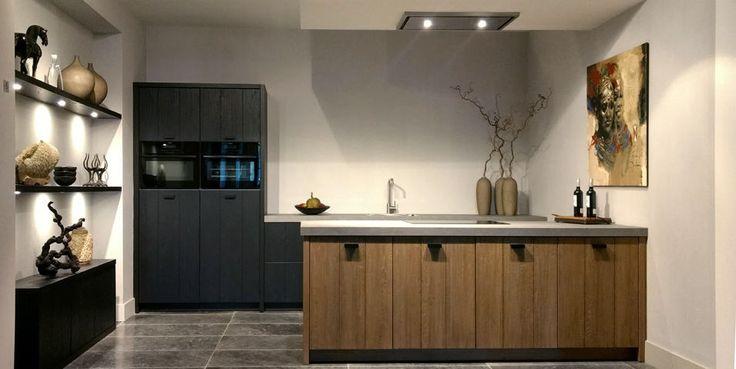 Aanbieding van houten showroomkeuken met keramisch aanrecht en AEG-apparatuur. Complete keuken voor €19.500,-
