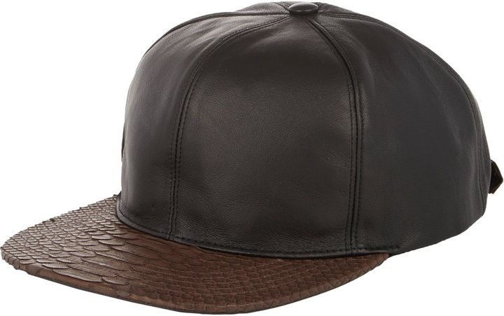 €656, Casquette de base-ball en cuir noir. De Barneys New York. Cliquez ici pour plus d'informations: https://lookastic.com/men/shop_items/102049/redirect