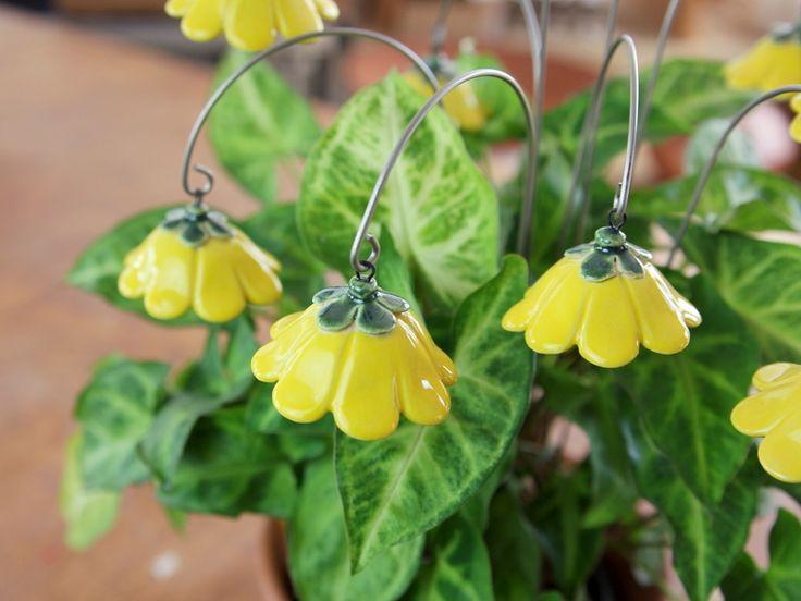 Glockenblume, Blumenstecker aus Keramik, gelb von karol-art auf DaWanda.com