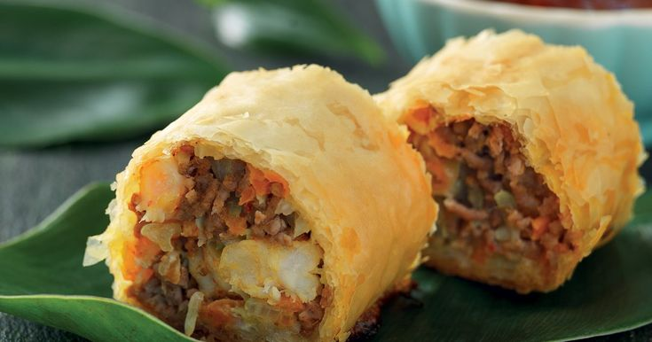 Enkla, frasiga thairullar fyllda med vitkål, morot, köttfärs och räkor. Thaismaken kommer av röd curry och fisksås!