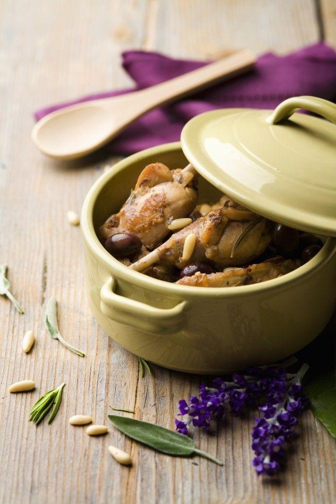 Il coniglio alla ligure è un secondo piatto tradizionale italiano, occorrono: coniglio, vino rosso, aromi, olive taggiasche e pinoli.
