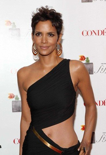 Halle Berry biography and accomplishments - 10 black women who've changed history: famous black women - sofeminine.co.uk