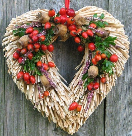 podzimní s šípky a vřesem Slaměný korpus,zdobený sušenými kvítky, a…