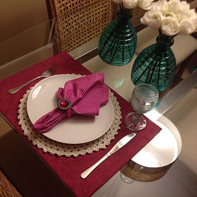 Guardanapo de tecido 100% algodão estampa rosa com poá branco <br> <br>Obs. <br>Valor de uma unidade de guardanapo de tecido. Lugar americano, porta guardanapos, sousplat não estão inclusos neste valor. <br> <br>Também temos à venda Lugar americano, porta guardanapo e sousplat de crochê que compõem esta mesa.