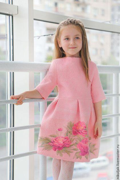 Купить или заказать Платье валяное Пионы в интернет-магазине на Ярмарке Мастеров. Пион – признанный красавец царства растений. В Китае пион является носителем чистой энергии Ян и символизирует Любовь и Красоту, Стильное валяное платье нежно розового цвета с красивым букетом пион и встречными большими складками в тренде в этом году. Платье изготовлено в смешаной технике нуно-войлок из натуральной шерсти высокого качества и натурального шелка и шитье.