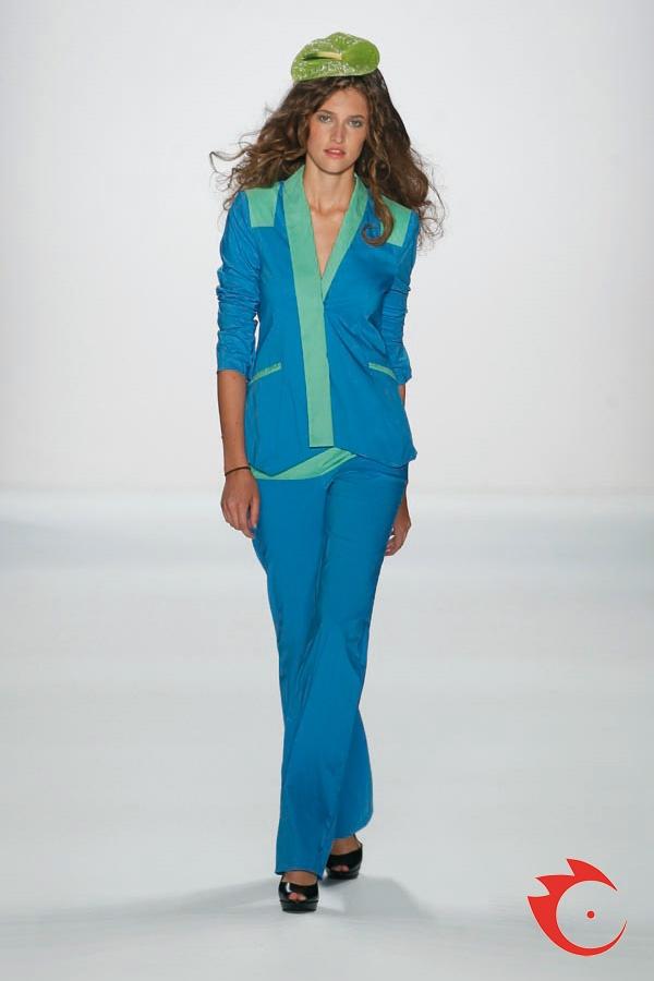 Anja Gockel - Soft Cotton Blazer und schmale Sommerhose im trendigen Colorblocking-Style.