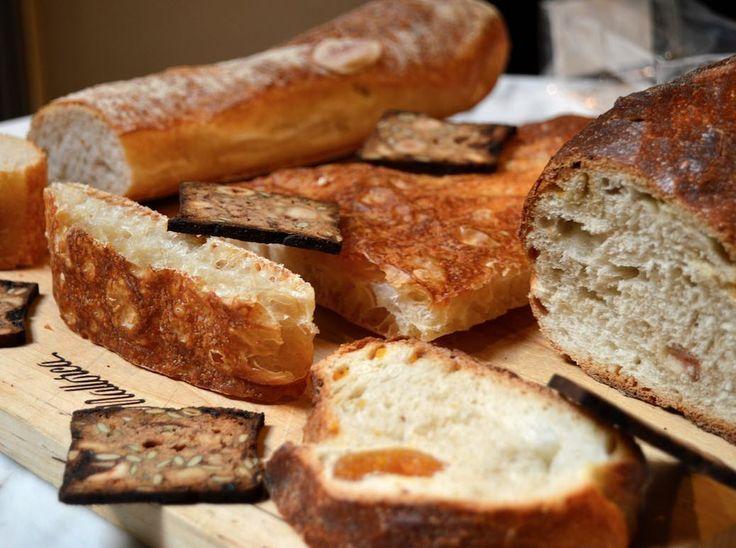Para superar un lunes tan gris y lluvioso como el de hoy... Nada mejor que un poco de jamón otro poquito de queso... Una copita de vino y lo más importante: UN BUEN PAN! Como el que elaboramos diariamente en Mallorca con harinas  y doble fermentación. Una autentica maravilla! Buenas noches noches sweeties! #pasteleriaMallorca #pan #bread #Madrid #pandeverdad #fermentacion #bakery #IgersMadrid #jamón #queso #cenarica #vino #wine by pasteleriamallorca
