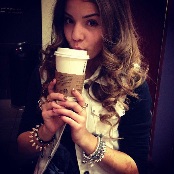 Image issue du site Web http://vignette3.wikia.nocookie.net/thenextstep/images/8/8a/Brittany_raymond_b_raymond_starbucks_date_with_natflems_webstagram_the_best_instagram_viewer_gPnlvhSk.sized.jpg/revision/20140405033644