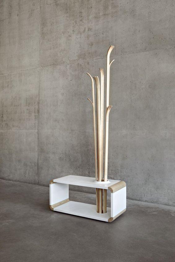 """Imaginé par la designer Alicja Prussakowska, """"Tilia"""" est un concept de mobilier hybride alliant structure d'assise et porte-manteaux. Destinée aux espaces d'accueil et d'attente, la structure ondulante de cette création s'inspire des brins d'herbes bercés par le vent."""