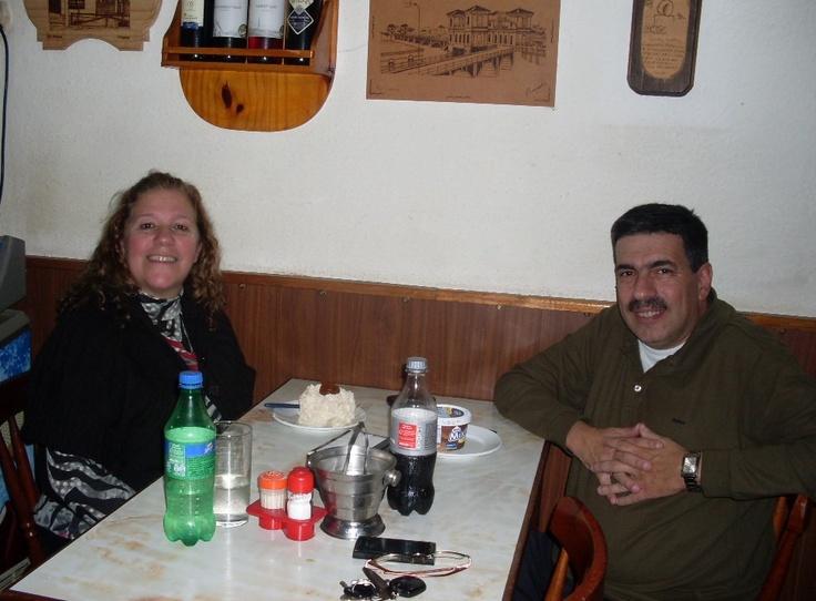 Junto a la dirigente del Centro Comercial de Cerro Largo, María Esther Nauar, el RR.PP. Eduardo Scarpa, en Melo, Cerro Largo.