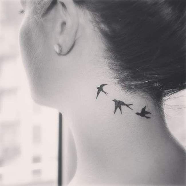 Tatouage femme Envolée d'oiseaux Noir et gris sur Nuque