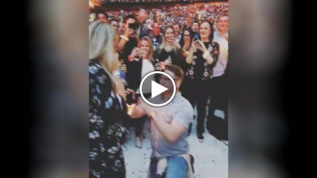 Un fan dei Coldplay ha scelto la tappa londinese del tour del gruppo per chiedere alla fidanzata di sposarlo. Mentre la band dal palco suona 'Fix...