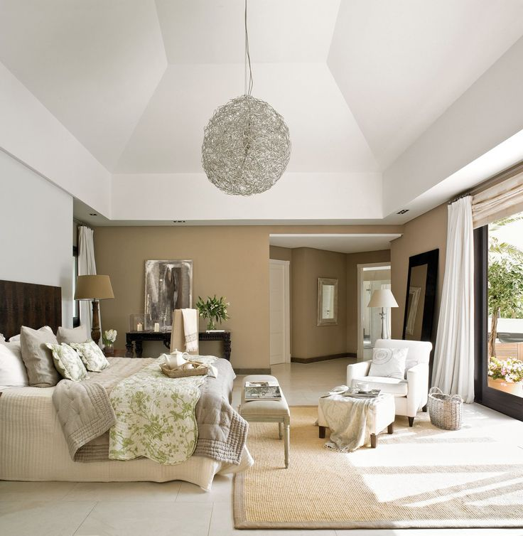 El color de las paredes, la ropa de cama, las cortinas o las alfombras serán buenos aliados para imprimir calidez a un dormitorio amplio como éste, decorado por Willem Hoopman.