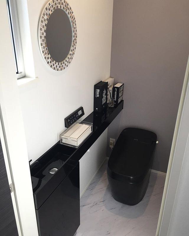 我が家のトイレ ᐢ ᐢ Lixil リクシル サティスブラック サティスg 黒いトイレ ブラックトイレ サンワカンパニー レプトカウンター ダミーブック トイレ 鏡 ミラー ニトリ サンワカンパニー トイレのデザイン ブラック トイレ トイレ 鏡