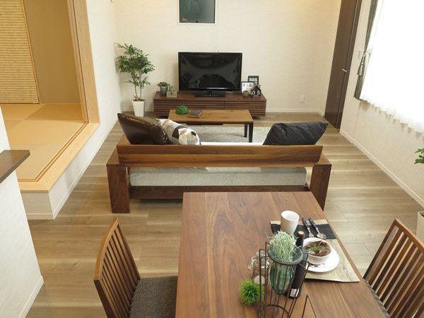 グレージュオーク柄のフローリングにウォールナット材 無垢材の家具でコーディネートした事例をご紹介 リビング 家具 配置 インテリア 家具 インテリア リビング 10畳