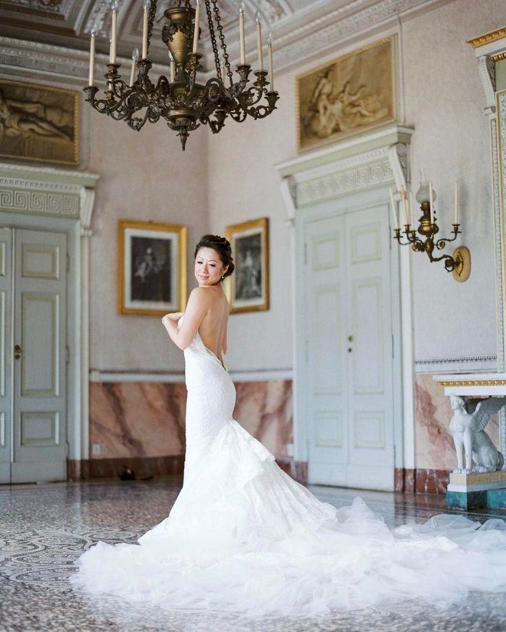 У каждой невесты должен быть портрет в свадебном платье в полный рост. Она на это платье полгода жизни угрохала)