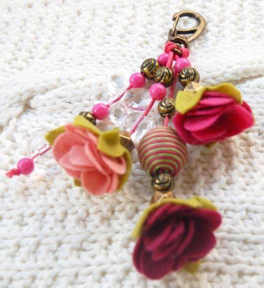 Chaveiro de feltro feito a mão em tons de rosa!! Pode ser utilizado como enfeite para suas bolsas ou então para deixar suas chaves com muito mais estilo!! Fazemos o chaveiro na cor desejada! Pode combinar com a decoração da sua casa e servir de enfeite na porta de entrada da sala!!!!