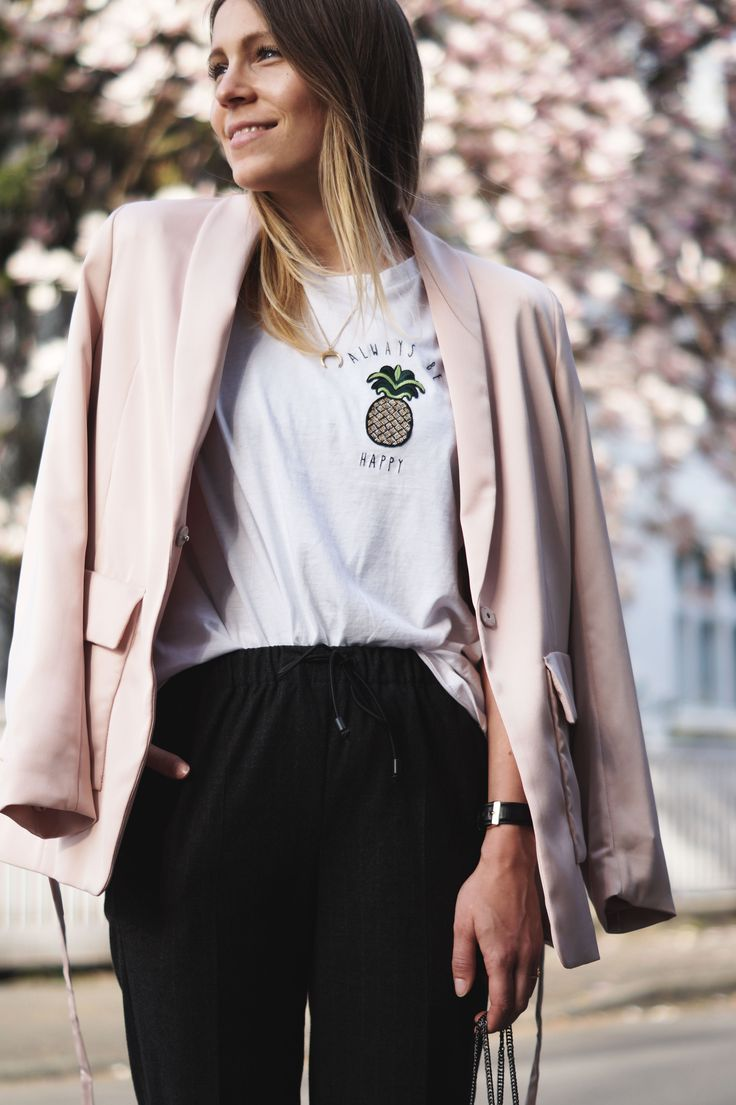 Pineapple Spring Look Always Be Happy Ananas Outfit Statement Shirt Frühling Magnolienbaum rosa Blazer H&M Casual Chic Heidelberg Fashionblogger Blossoms 10 Fakten über mich Modeblog Sariety