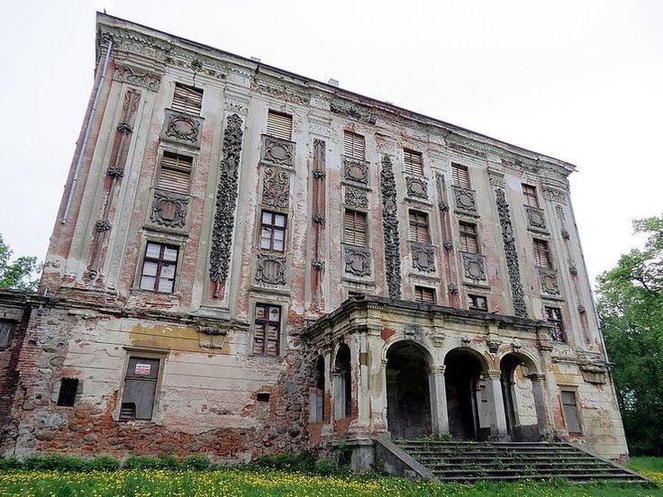Piotrkowice (powiat Trzebnica) Po wojnie pałac powierzono PGR-owi, który umieścił tu szkołę, mieszkania dla pracowników i biura. W latach 80. minionego wieku wyeksploatowany obiekt został opuszczony. U schyłku XX wieku w tragicznym stanie był już cały zespół pałacowy, także browar, folwark, park i mauzoleum miejscowego rodu Danckelmannów.