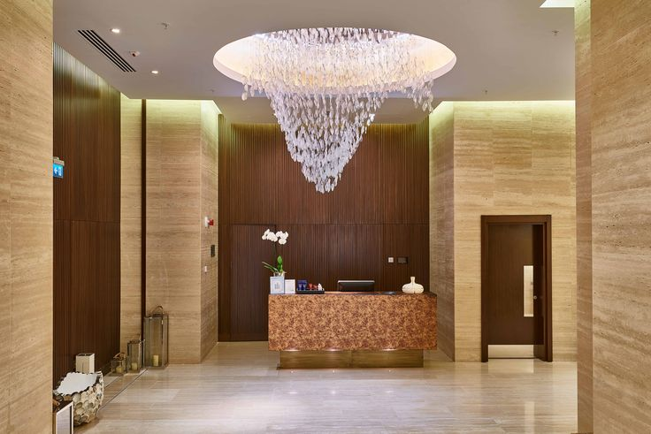 The entrance to Spa&Wellness is guarded by an organic lighting object composed of fused glass chips. The crystal clear glass, which is shaped into a giant wave, perfectly adds to the relaxing atmosphere of the spa.