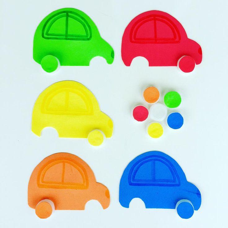 Надо подобрать по цвету колеса. Не помню, у кого-то видела такую развивашку, только колеса делали из разноцветных крышек от фруктовых пюрешек. В моем случае колеса-это крышки от бутылок с водой, сверху я наклеила прорезиненную бумагу, из которой вырезала сами машинки #инстадети #играемдома #игрысдетьми #игра #развивашки #развиваемсяиграя #машинки