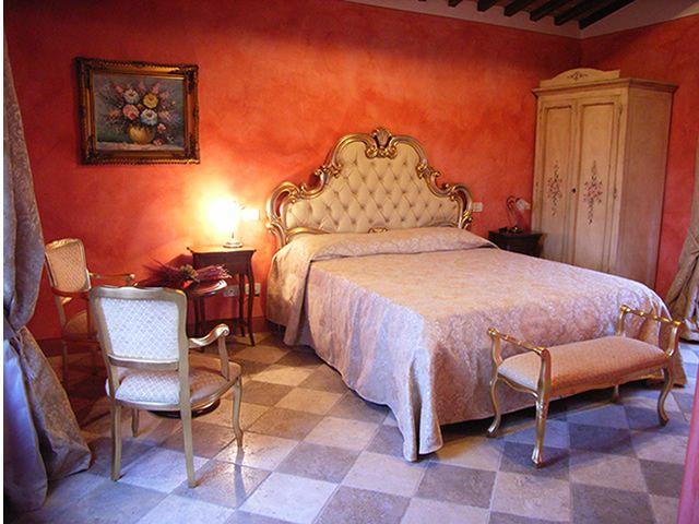 Agriturismo Taverna di Bibbiano. Agriturismo romantico con camere e suite di charme, una diversa dall'altra, ristorante romantico, parco panoramico con grande piscina.
