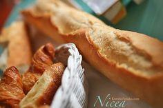 Zdjęcie francuskich croisantów, nadziewanych czekoladą. Francuska piekarnia, świeże pieczywo francuskie. Przepis i zdjęcia na bagietkę.